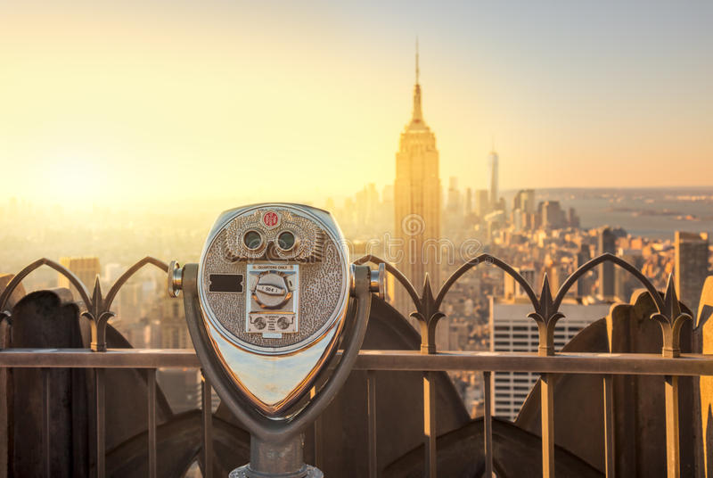 Horizonte de Manhattan y prismáticos New York City del turista imagenes de archivo
