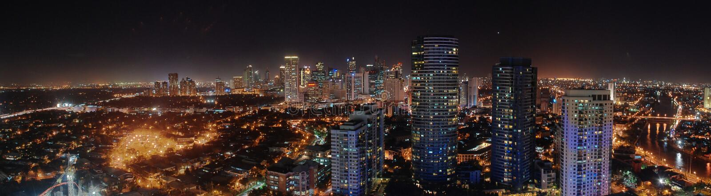 Horizonte de Manila en la noche fotografía de archivo