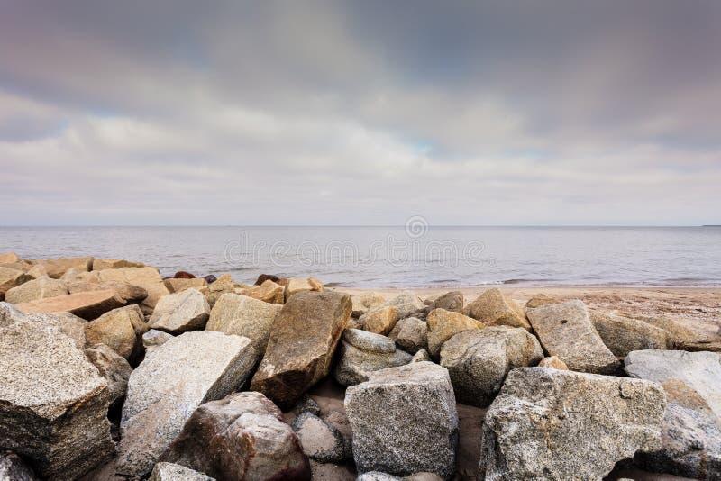 Horizonte de mar de las piedras y del agua de la roca imágenes de archivo libres de regalías