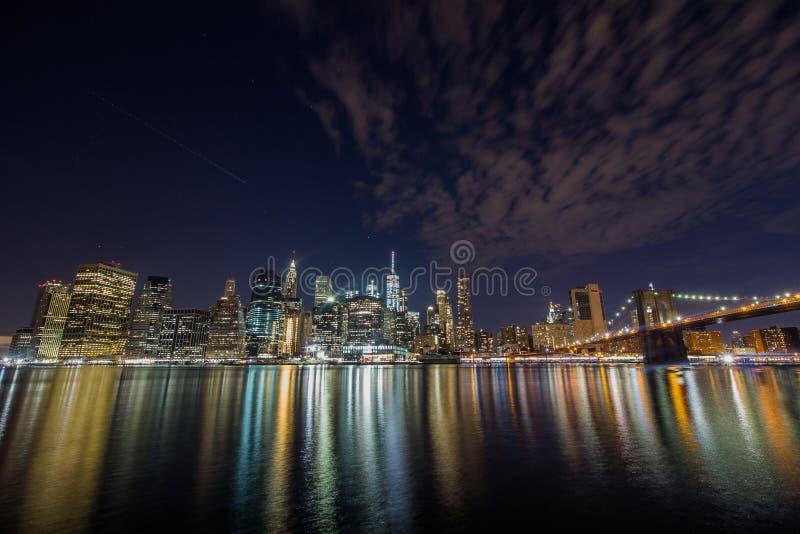Horizonte de medianoche de Manhattan imagen de archivo libre de regalías