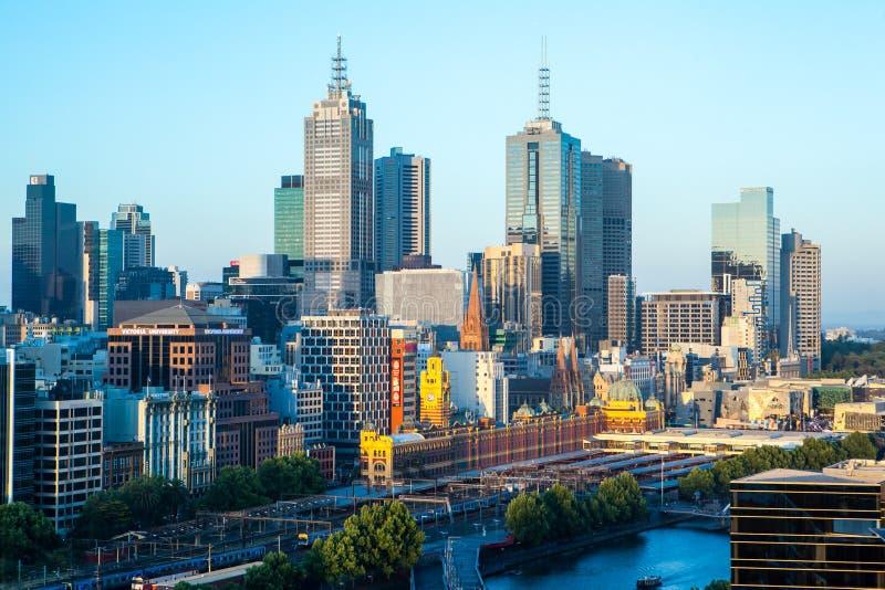 Horizonte de Melbourne hacia el St del Flinders imagen de archivo