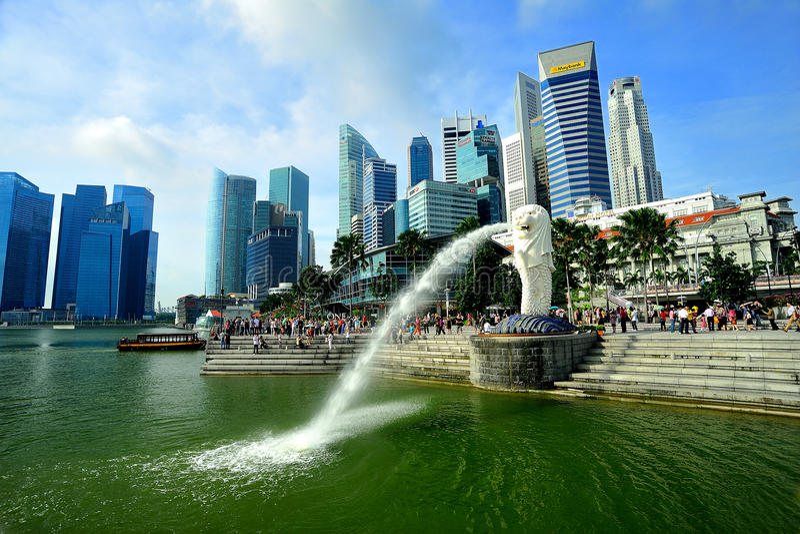 Horizonte de Merlion y de Singapur imágenes de archivo libres de regalías