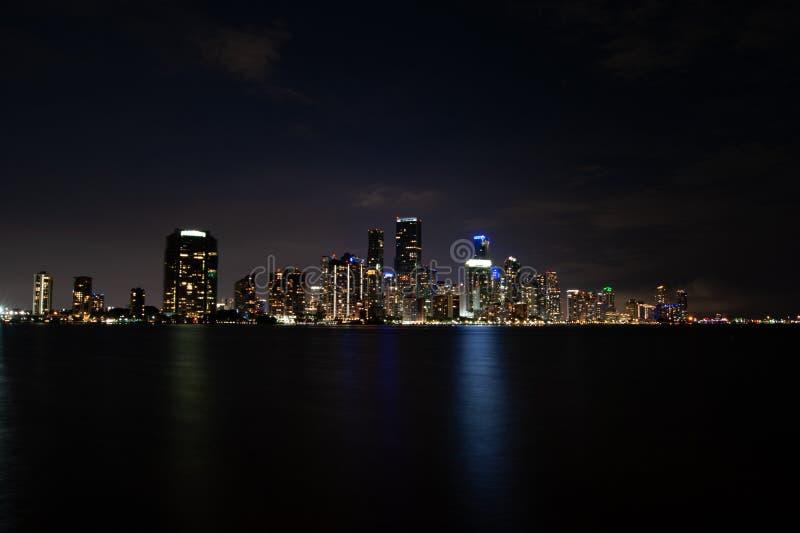 Horizonte de Miami en la noche foto de archivo libre de regalías