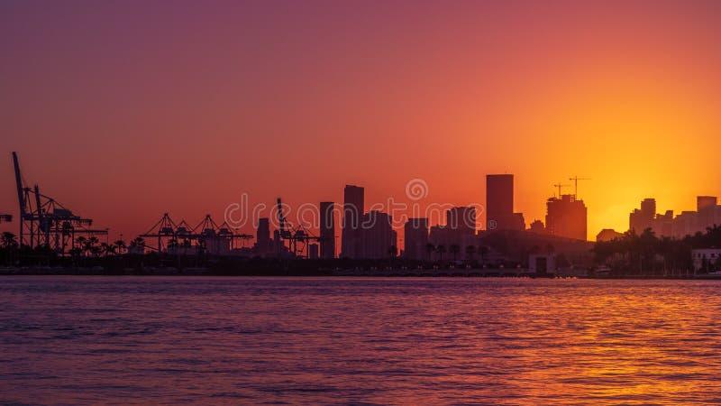 Horizonte de Miami en la puesta del sol imágenes de archivo libres de regalías