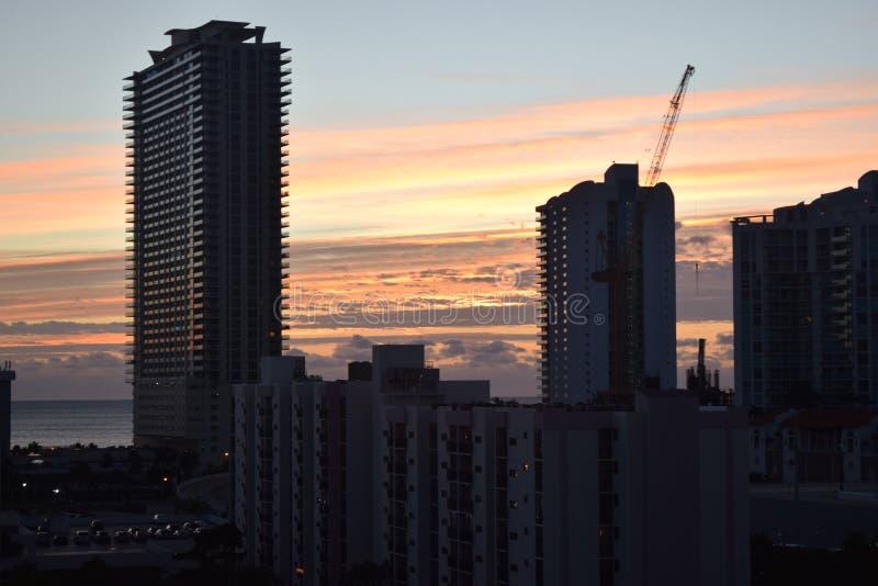 Horizonte de Miami en la puesta del sol foto de archivo