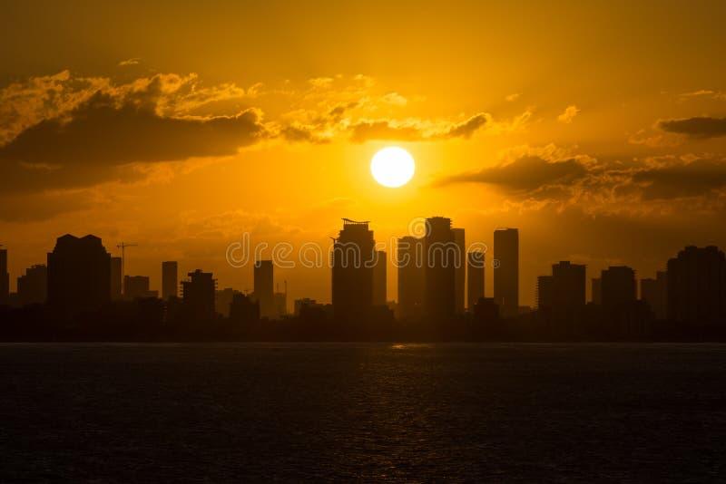 Horizonte de Miami de Océano Atlántico en la puesta del sol foto de archivo libre de regalías