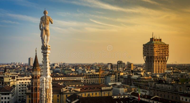 Horizonte de Milán, Italia en la puesta del sol Visión desde el tejado Terrance o foto de archivo