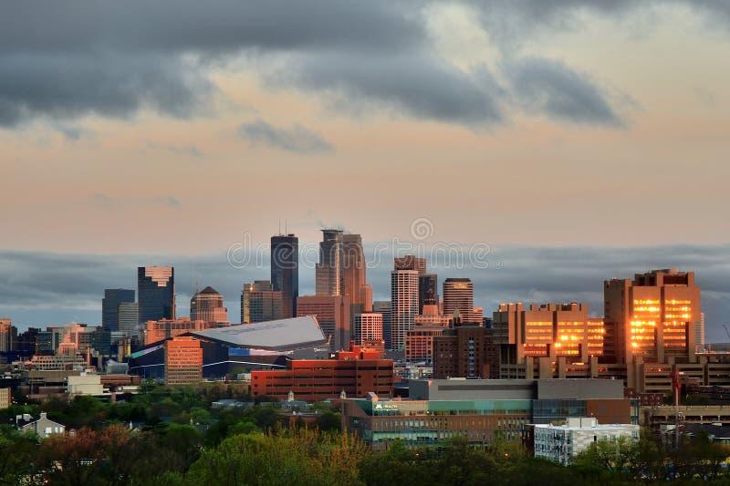Horizonte de Minneapolis con el estadio del banco de los E.E.U.U. de los Minnesota Vikings