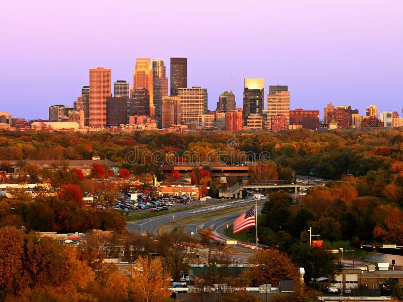 Horizonte de Minneapolis durante otoño en la puesta del sol de Plymouth, Minnesota fotos de archivo