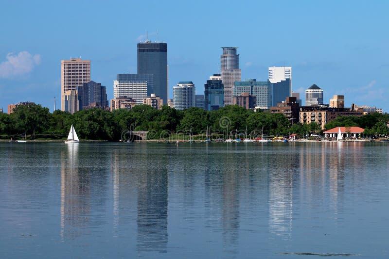 Horizonte de Minneapolis que refleja en el lago Calhoun fotografía de archivo