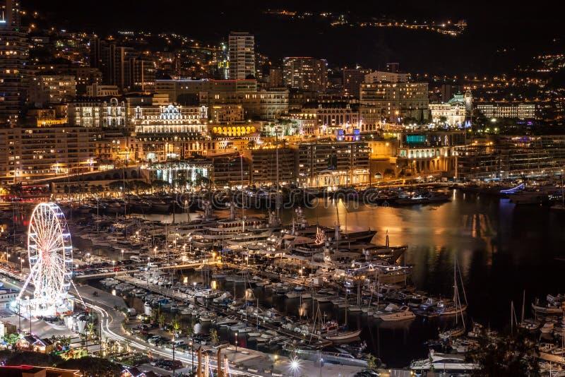 Horizonte de Monte Carlo en la noche, riviera francesa foto de archivo