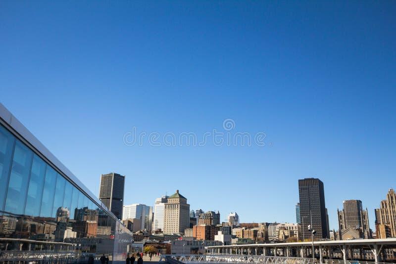 Horizonte de Montreal, con los edificios icónicos de Montreal vieja como la torre de Royal Bank y los rascacielos del negocio imagen de archivo
