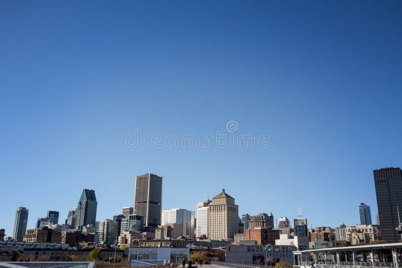 Horizonte de Montreal, con los edificios icónicos de Montreal vieja Vieux Montreal y de los rascacielos del negocio de CBD tomado foto de archivo libre de regalías