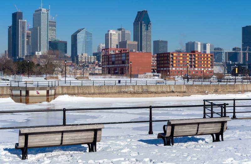 Horizonte de Montreal en invierno del canal de Lachine fotos de archivo libres de regalías