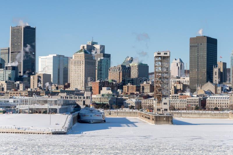 Horizonte de Montreal y el río San Lorenzo congelado fotografía de archivo libre de regalías