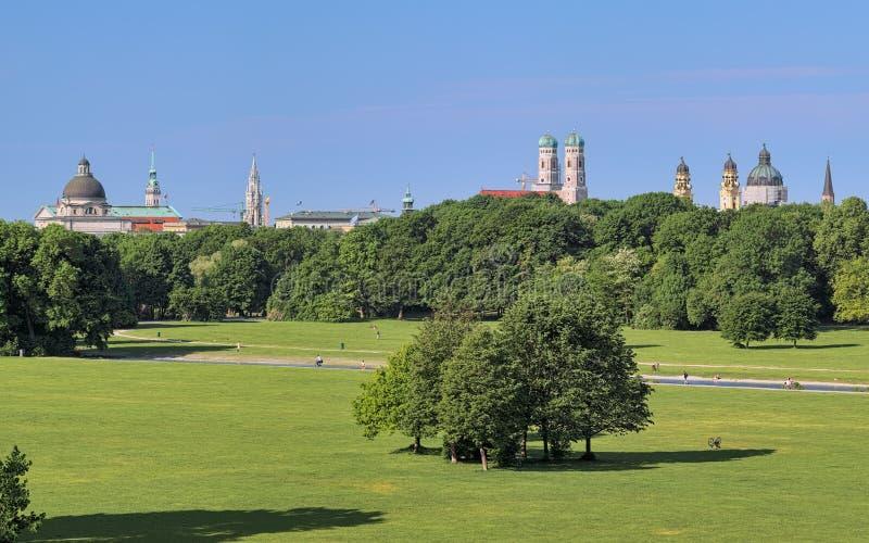 Horizonte de Munich, visión desde Englischer Garten, Alemania imágenes de archivo libres de regalías