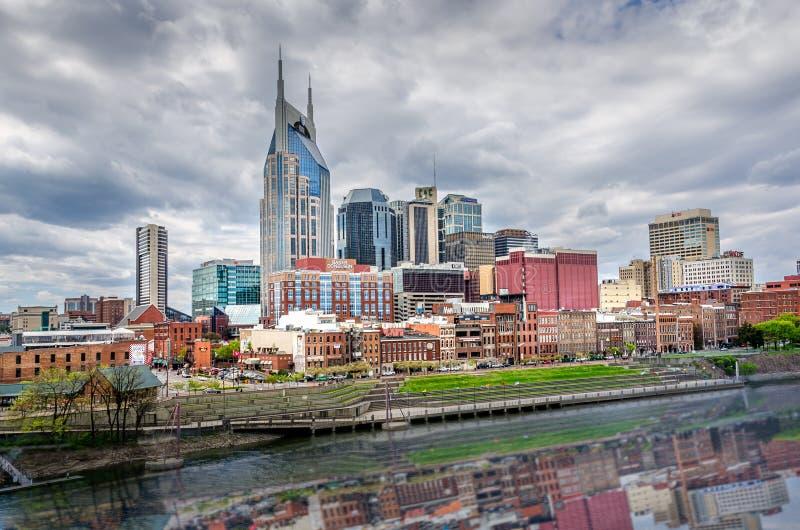 Horizonte de Nashville en un día nublado con una cierta reflexión de la ciudad fotos de archivo libres de regalías