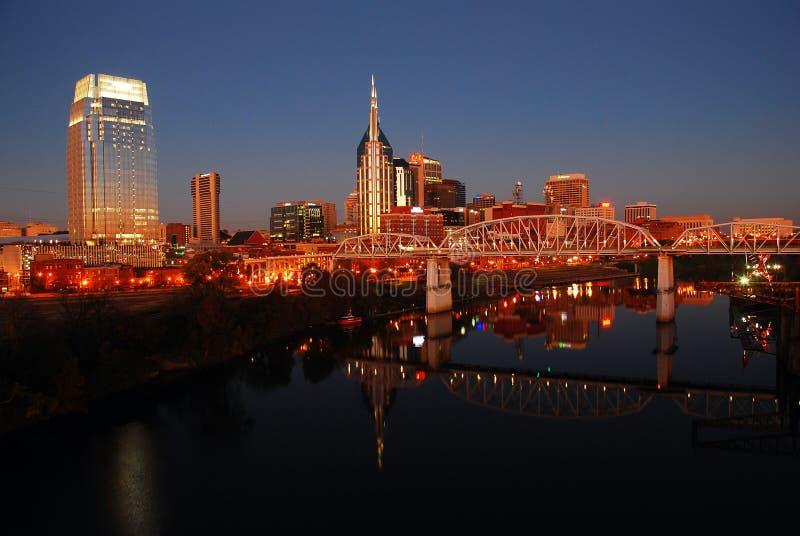 Horizonte de Nashville, Tennessee en el río Cumberland imagenes de archivo