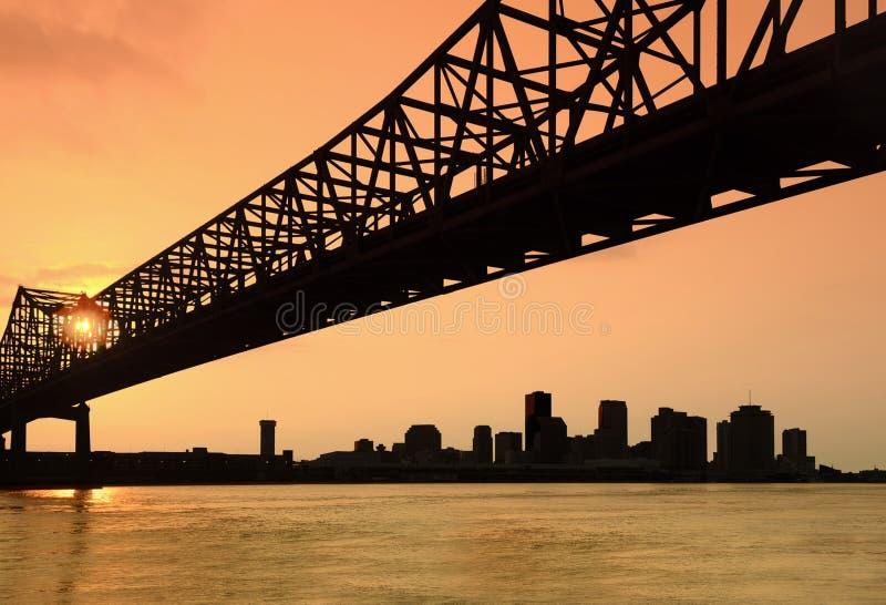 Horizonte de New Orleans en la puesta del sol fotos de archivo libres de regalías