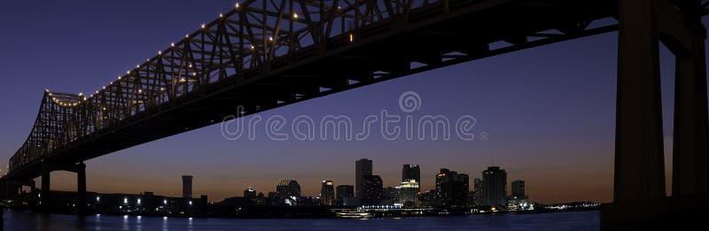 Horizonte de New Orleans y puente del río Misisipi imágenes de archivo libres de regalías