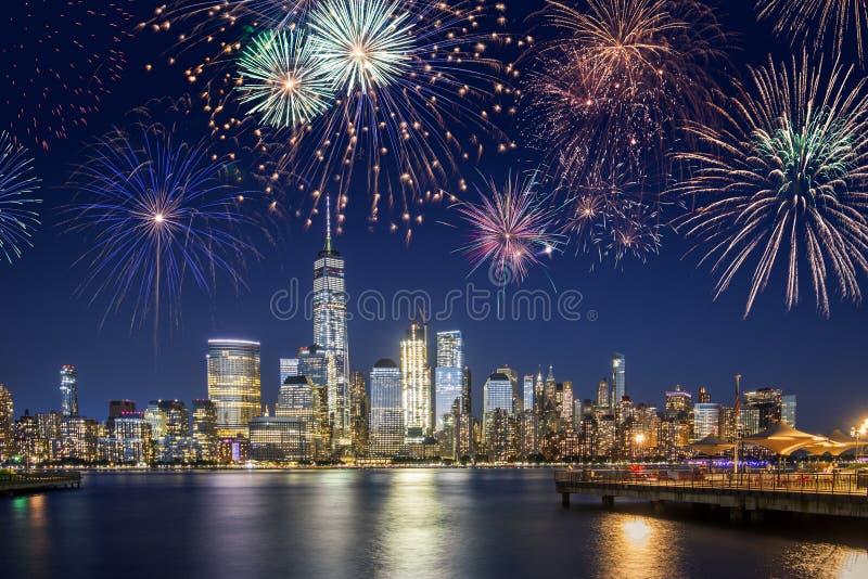 Horizonte de New York City con los fuegos artificiales que destellan imagenes de archivo