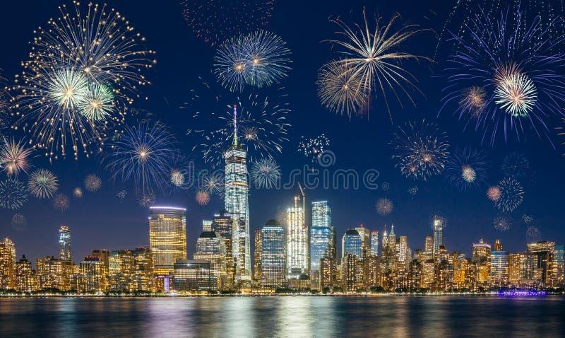 Horizonte de New York City con los fuegos artificiales que destellan imagen de archivo libre de regalías