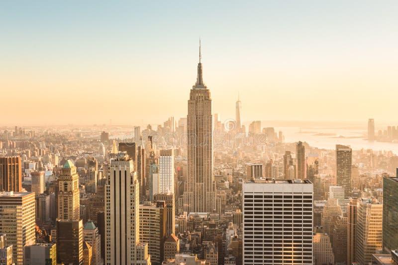 Horizonte de New York City con los rascacielos urbanos en la puesta del sol, los E.E.U.U. fotos de archivo