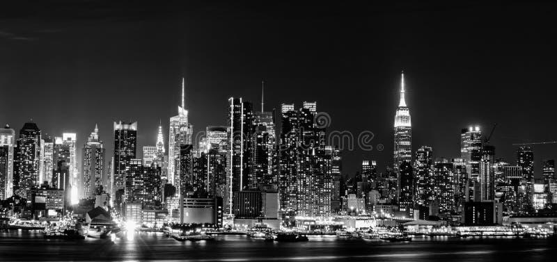Horizonte de New York City en la noche fotos de archivo
