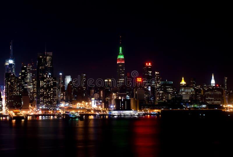 Horizonte de New York City en la noche foto de archivo libre de regalías