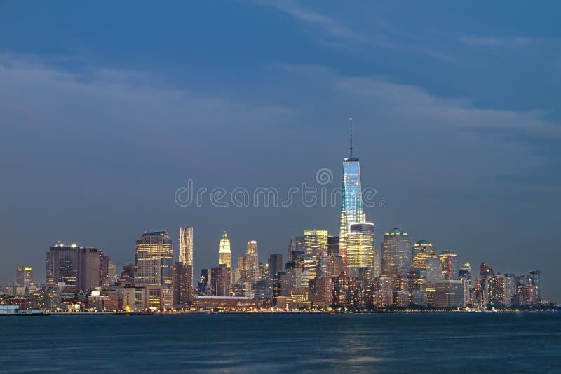 Horizonte de New York City en la oscuridad imagen de archivo libre de regalías