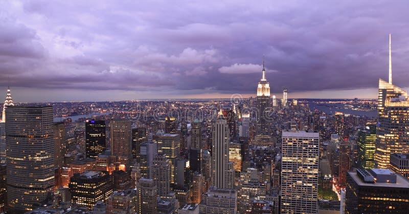 Horizonte de New York City en la oscuridad fotos de archivo