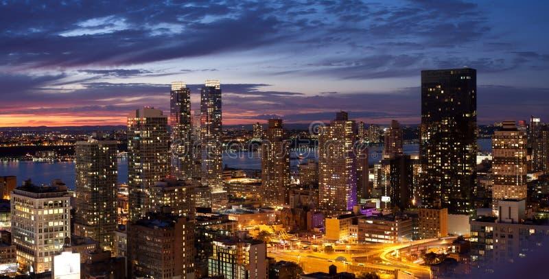 Horizonte de New York City en la puesta del sol fotos de archivo libres de regalías