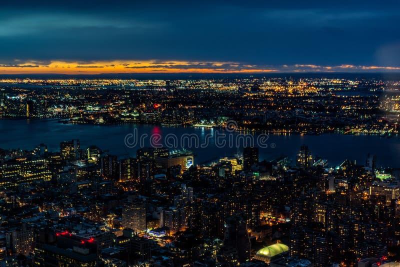 Horizonte de New York City, en la puesta del sol imagenes de archivo