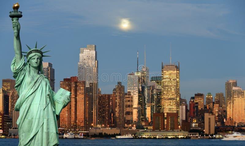 Horizonte de New York City sobre el río de hudson imagen de archivo