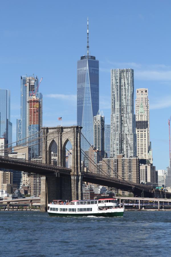 Horizonte de New York City y el puente de Brooklyn fotografía de archivo