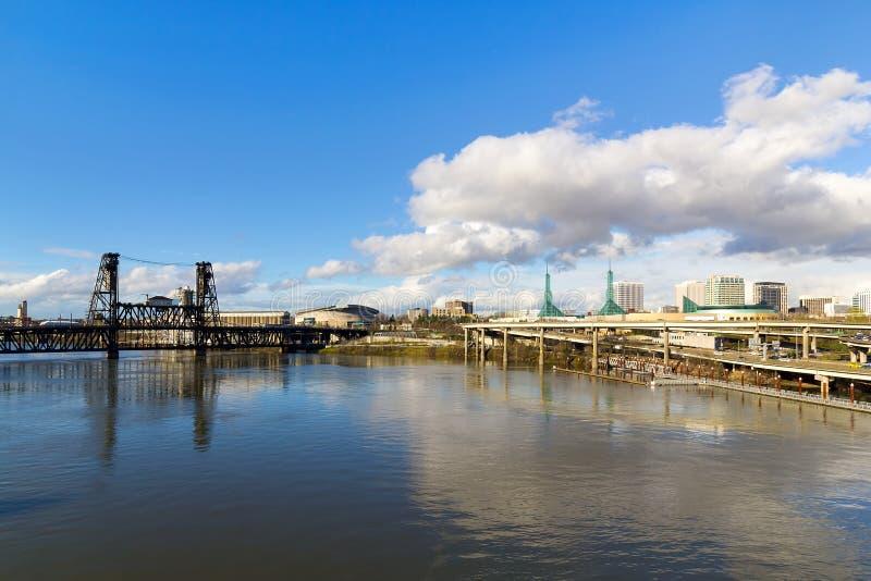 Horizonte de nordeste de Portland y puente del acero imagenes de archivo