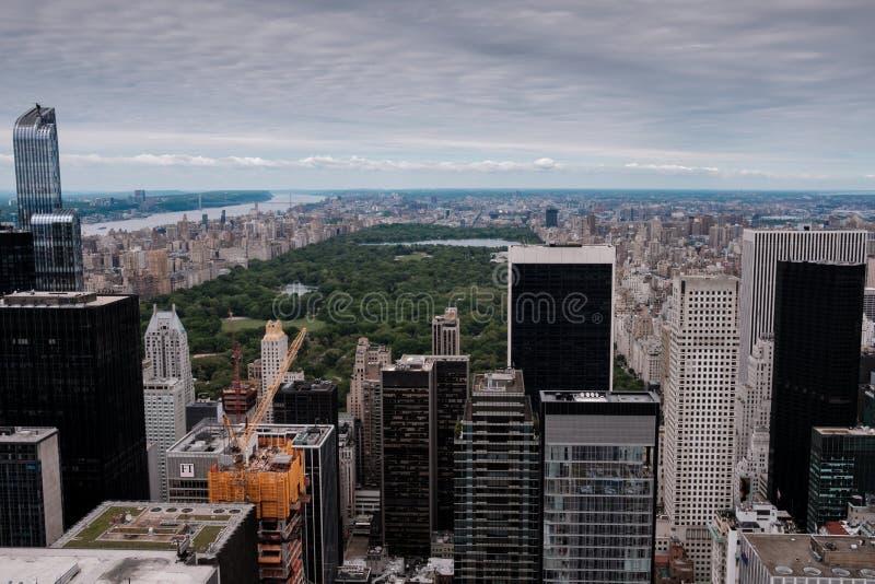 Horizonte de Nueva York de Manhattan y de Central Park según lo visto de un punto álgido como visión aérea foto de archivo