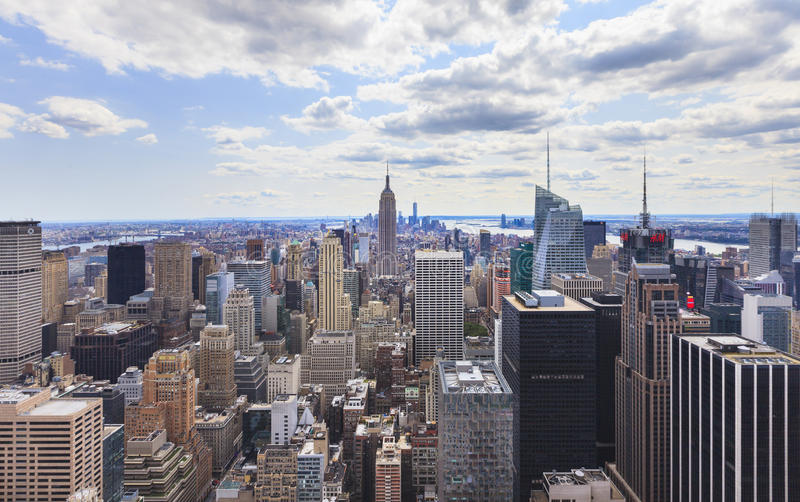 Horizonte de NYC del top de la roca imagenes de archivo