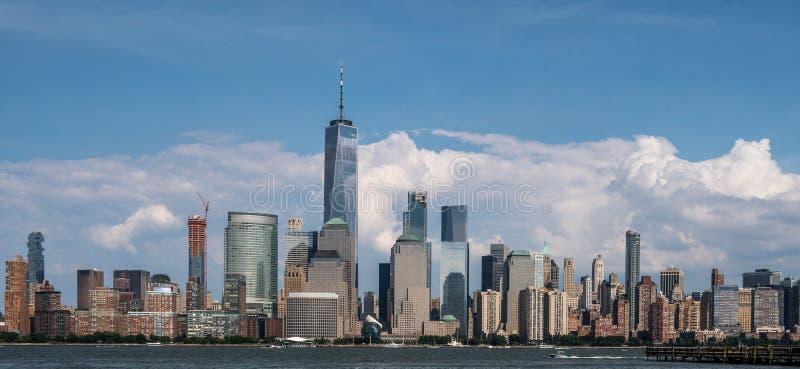 Horizonte de NYC de Jersey City al mediodía imagenes de archivo