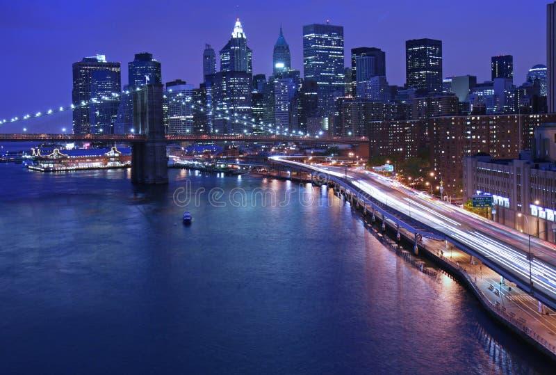 Horizonte de NYC y tráfico del FDR foto de archivo