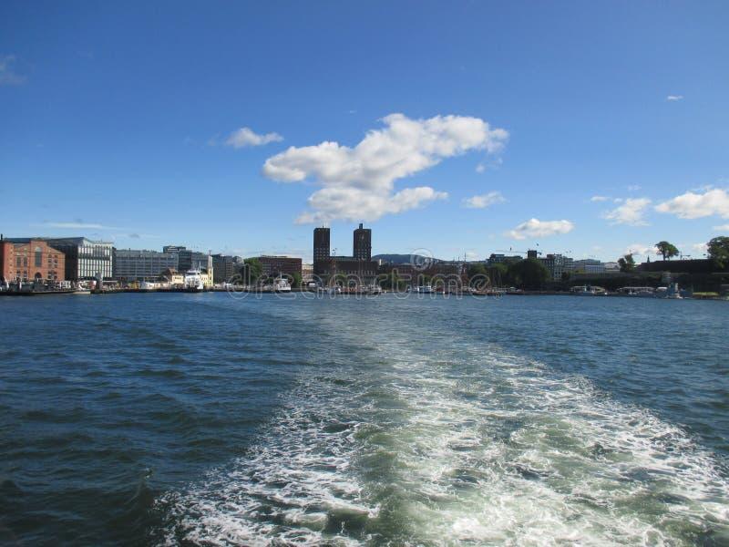 Horizonte de Oslo con ayuntamiento del Oslofjord fotos de archivo