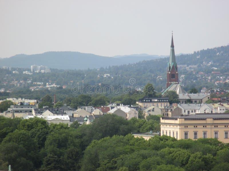 Horizonte de Oslo con la iglesia y las colinas de Kampen foto de archivo libre de regalías