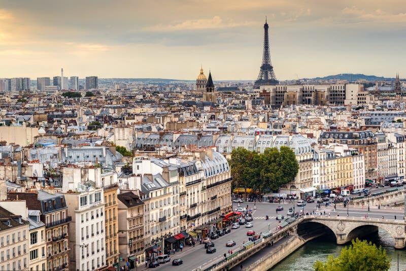 Horizonte de París con la torre Eiffel en la puesta del sol fotografía de archivo