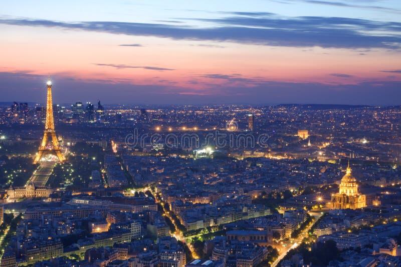 Horizonte de París por noche fotografía de archivo libre de regalías