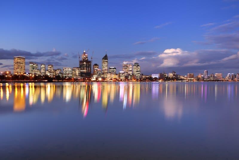 Horizonte de Perth, Australia a través del río del cisne en la noche fotos de archivo libres de regalías