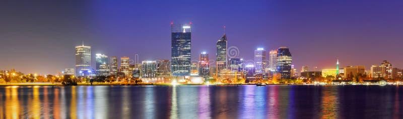 Horizonte de Perth en la noche foto de archivo libre de regalías