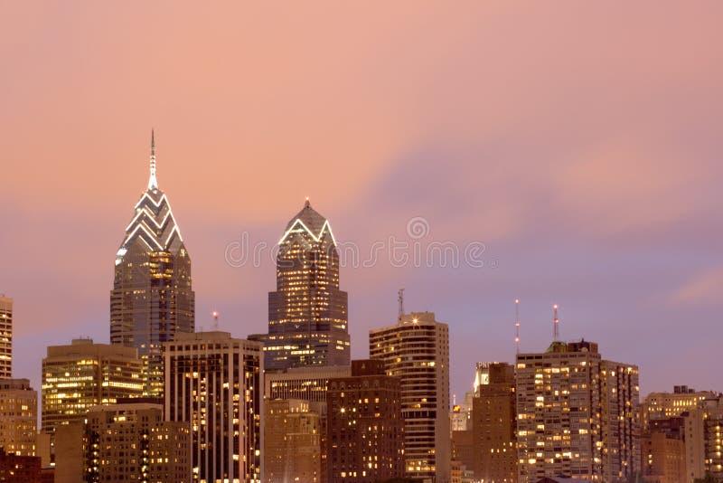 Horizonte de Philadelphia con el cielo rosado de la tarde fotos de archivo