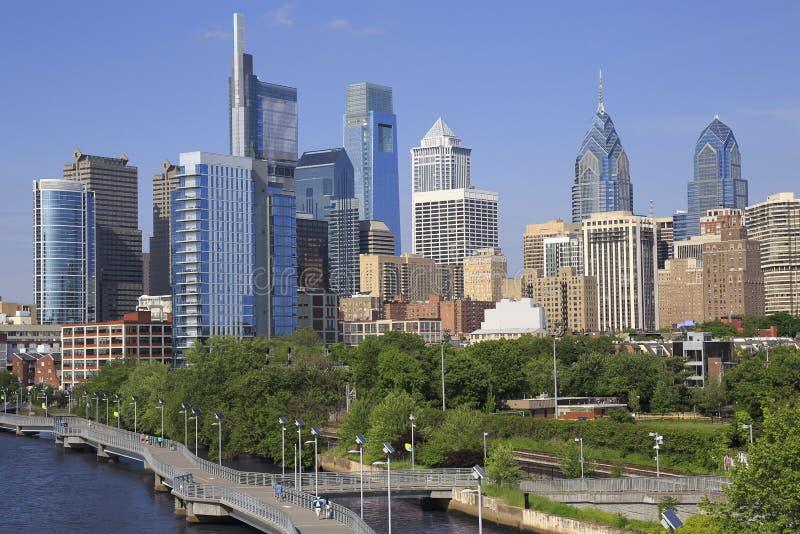 Horizonte de Philadelphia con el río de Schuylkill en el primero plano foto de archivo