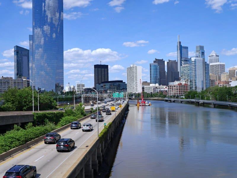 Horizonte de Philadelphia en 2019 con la autopista en el lado oeste del r?o de Schuylkill foto de archivo libre de regalías