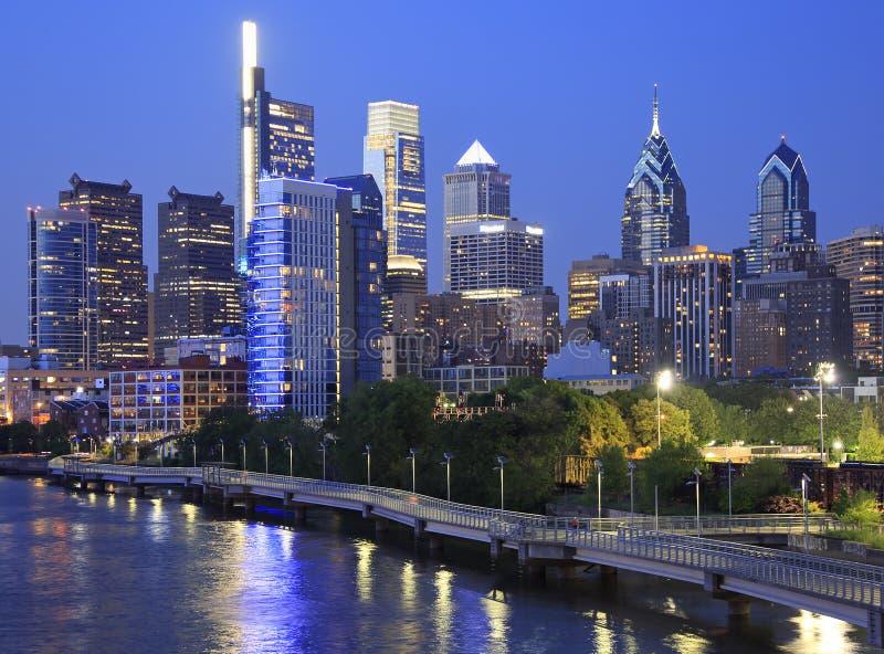 Horizonte de Philadelphia en la noche con el río de Schuylkill en el primero plano fotografía de archivo
